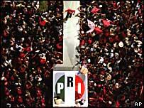 Desde arriba, se ve al candidato del PRI, Roberto Madrazo, en su cierre de campaña el pasado 28 de junio en Veracruz , México