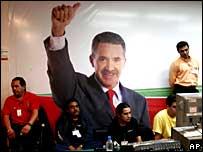 Militantes priístas miran con desaliento los primeros resultados de la elección en la noche del 2 de julio.