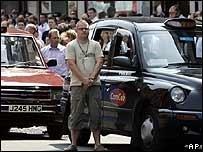 وقفت بريطانيا في صمت حزنا على ضحايا التفجيرات بعد أسبوع من وقوع الهجمات