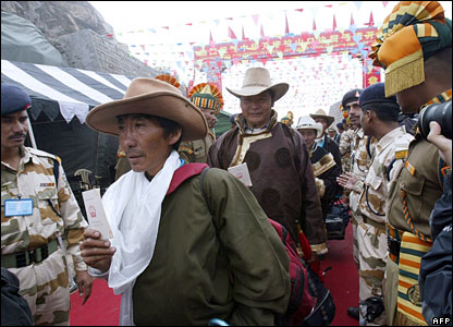 Chinese traders walk between Indian soldiers after crossing the China-India border at the Nathu La Pass.