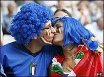 Pareja italiana durante la semifinal ante Alemania