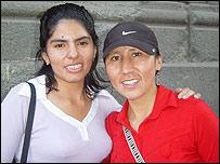 Dos trabajadoras peruanas en el centro de Santiago