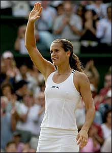 Mauresmo celebrates her win