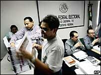 Funcionarios del IFE durante el conteo oficial de las elecciones presidenciales en México