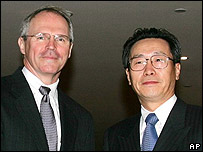 Christopher Hill y el vicecanciller chino Wu Dawei