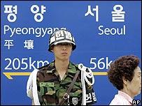 Cartel que marca la distancia entre Pyongyang y Seúl