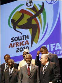 Fila de abajo: presidente de Sud�frica, Thabo Mbeki; secretario general de la ONU, Kofi Annan, y el presidente de la FIFA, Sepp Blatter