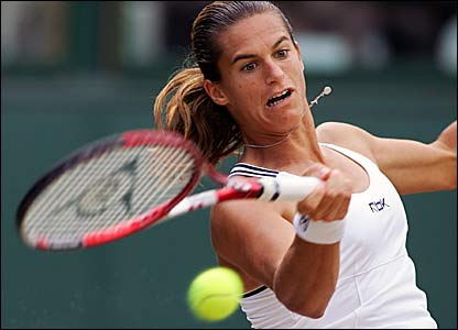Mauresmo fights back early in the second set