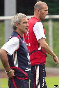 El entrenador Raymond Domenech y el jugador Zinedine Zidane.