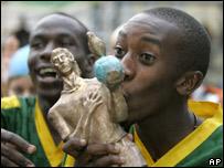 Un jugador de Kenia besa el trofeo Andr�s Escobar