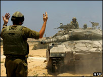 Israeli soldier and tank near northern Gaza