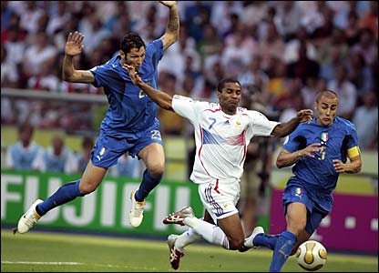 Florent Malouda causes problems in the Italian penalty area