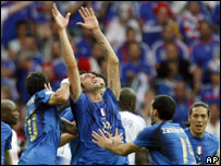 Materazzi mira al cielo tras amotar su gol.