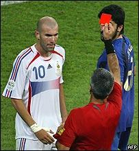 El árbitro Elizondo le muestra la roja a Zidane
