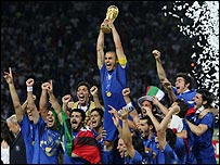 Fabio Cannavaro levanta el trofeo