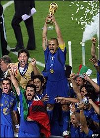 Cannavaro levanta el trofeo