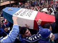 المشجعون الإيطاليون يحملون تابوتا رمزيا بألوان العلم الفرنسي وقد كتب عليه: وداعا فرنسا 2006