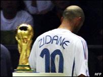 زين الدين زيدان يترك الملعب بعد طرده خلال نهائي 2006 بعد هجومه على لاعب إيطالي
