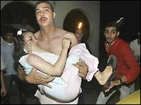 طفلة فلسطينية أصيبت في ضربة صاروخية إسرائيلية تنقل للمستشفى في مدينة غزة، 9 يوليو/تموز 2006 (أسوشييتدبرس)