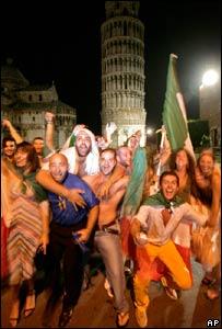 Fanáticos italianos celebran el triunfo de la selección