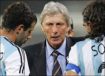 Jose Pekerman briefs his players before losing to Germany on penalties in the quarter-finals