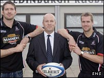 Alex Carruthers with Edinburgh players Scott Murray and Chris Paterson