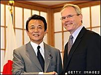 Christopher Hill (derecha) y ministro de relaciones exteriores japonés, Taro Aso.