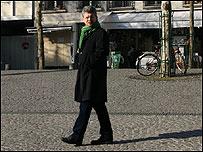 Hombre camina en París.