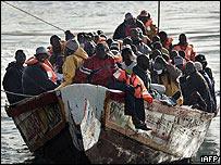 Barco con inmigrantes
