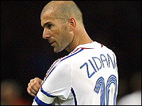 Zinedine Zidane removes his armband after being sent off