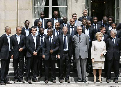Jacques Chirac and prime minister Dominique de Villepin join the team for a photo