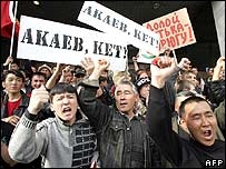Kyrgyz opposition supporters outside the presidential palace in Bishkek on 24 March 2005