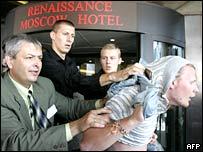 Выдворение молодого человека из гостиницы, в которой проходит форум