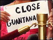 Activistas en contra de la cárcel de Guantánamo.