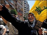 Mujer libanesa celebra luego de la noticia de la captura de 2 soldados israelíes.