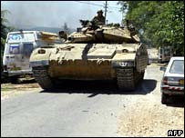 Israeli tank approaches Lebanese border