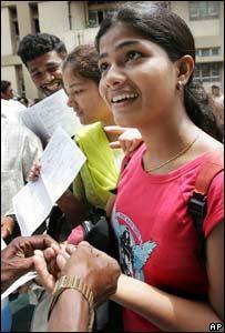 Voluntaria dona sangre en Bombay.