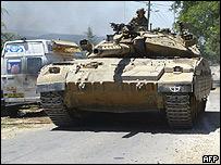 Tanque israelí en pueblo fronterizo de Zarit.