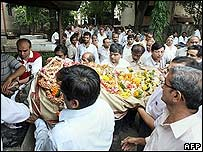 Mourners with body of Mumbai train bombings