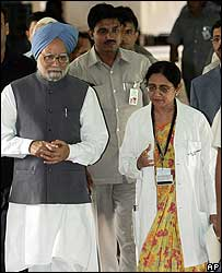 Manmohan Singh and hospital staff
