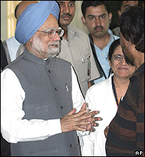 Manmohan Singh at KEM hospital, Mumbai