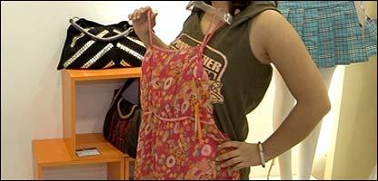 Una mujer se prueba un vestido en una tienda
