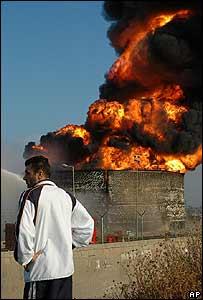 Un depósito de combustible en llamas en el aeropuerto de Beirut luego de ataque aéreo israelí.