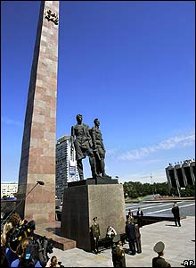 The US presidential couple at the Monument to the Heroic Defenders of Leningrad