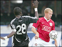 Man Utd's paul Schols and Orlando Pirates Onyekachi Okonkwo