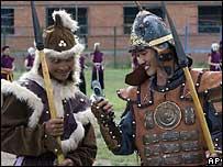 Современные монгольцы в костюмах армии Чингиз-хана, с мобильным телефоном