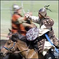 Современные монгольцы в костюмах армии Чингиз-хана