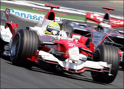 Ralf Schumacher (foreground) battles with Kimi Raikkonen