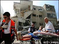 Evacuación de heridos tras el impacto de un misil lanzado por Hezbolá en Haifa