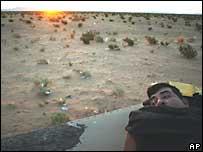 Un migrante de Sinaloa, M�xico, con el amanecer al fondo